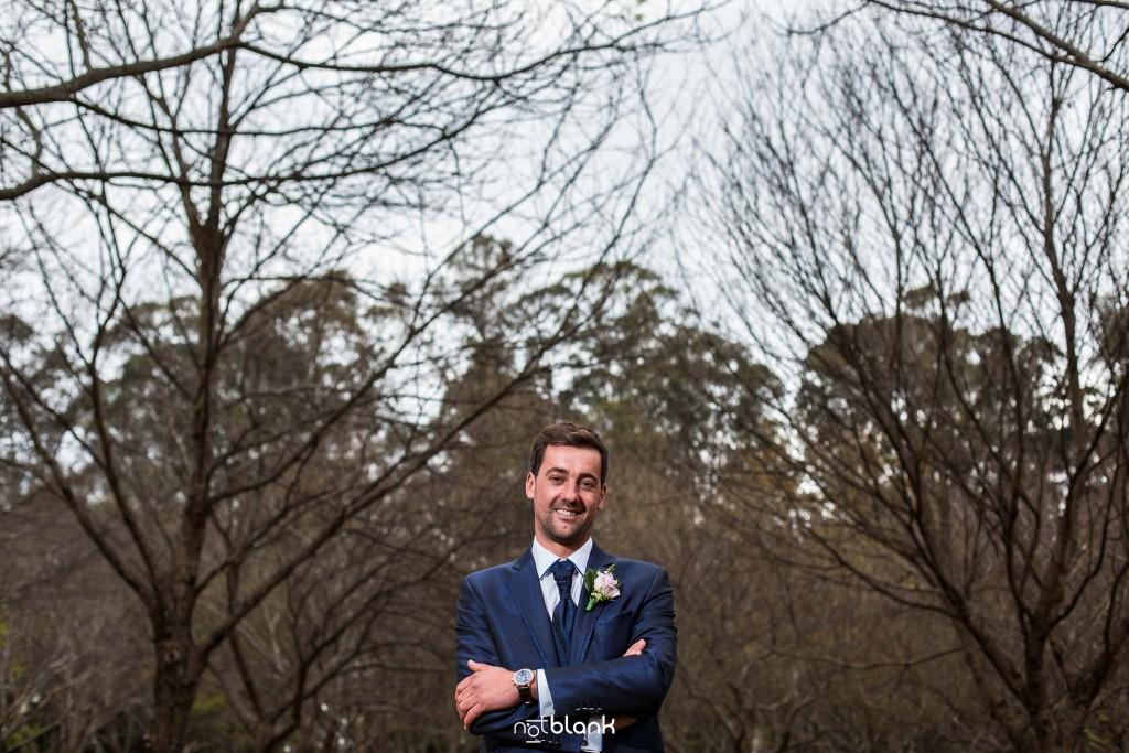 Boda en Salceda de Caselas. Retrato del novio en un bosque. Reportaje realizado por Notblank fotógrafos de boda en Galicia.