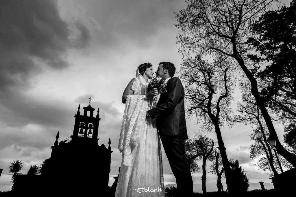 Boda en Salceda de Caselas. Retrato de los novios delante de la iglesia. Reportaje realizado por Notblank fotógrafos de boda en Galicia.