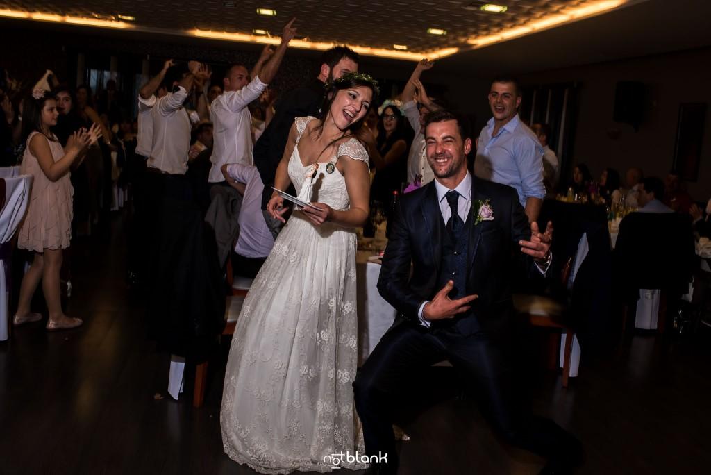 Boda en Salceda de Caselas. Los novios bailan Rock & Roll durante la fiesta. Reportaje realizado por Notblank fotógrafos de boda en Galicia.