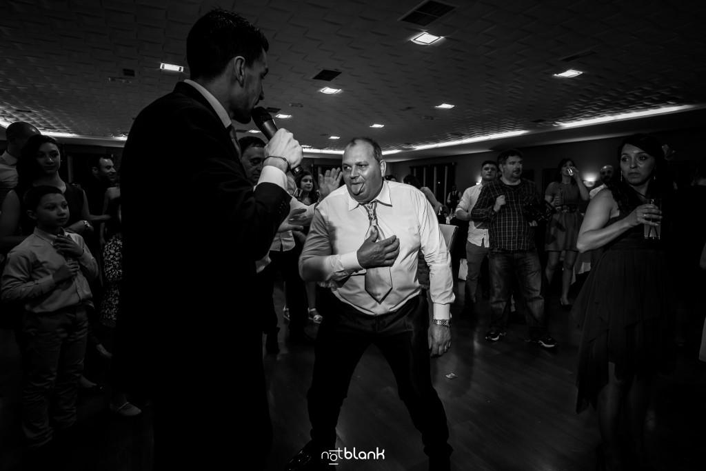 Boda en Salceda de Caselas. El padre de la novia tiene la lengua de fuera, agotado por tanto bailar durante la fiesta. Reportaje realizado por Notblank fotógrafos de boda en Galicia.