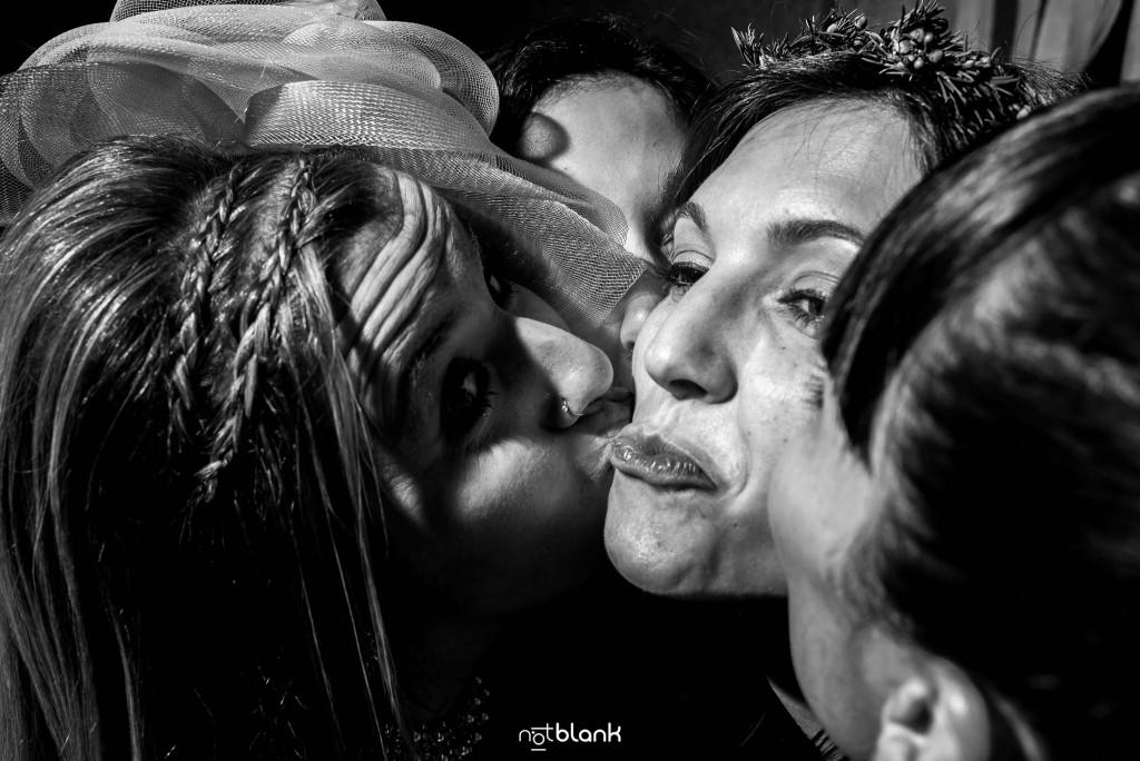 Boda en Salceda de Caselas. Las amigas de la novia la besan durante la fiesta. Reportaje realizado por Notblank fotógrafos de boda en Galicia.