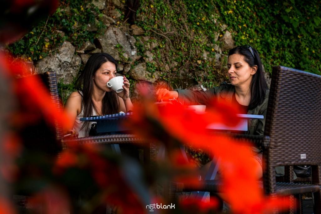 Boda en Quinta San Amaro en Meaño. La novia y su hermana toman juntas un café antes de la boda civil. Reportaje realizado por Notblank fotógrafos de boda en Cangas.