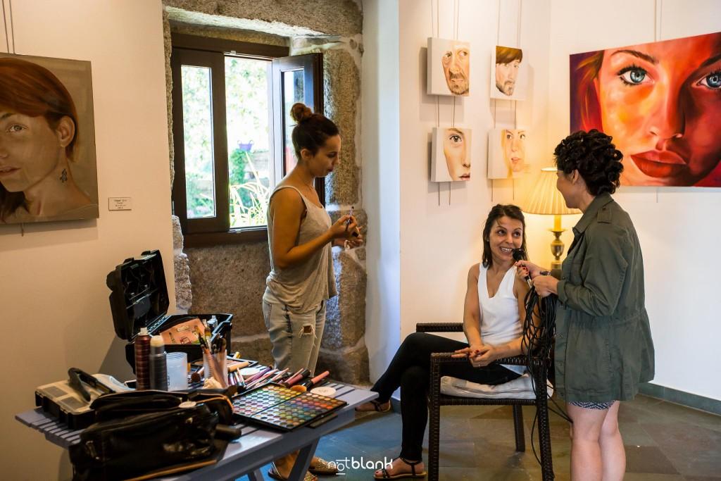 Boda en Quinta San Amaro en Meaño. La novia juega a hacerle una entrevista a su hermana mientras la peluquera la peina. Reportaje realizado por Notblank fotógrafos de boda en Cangas.