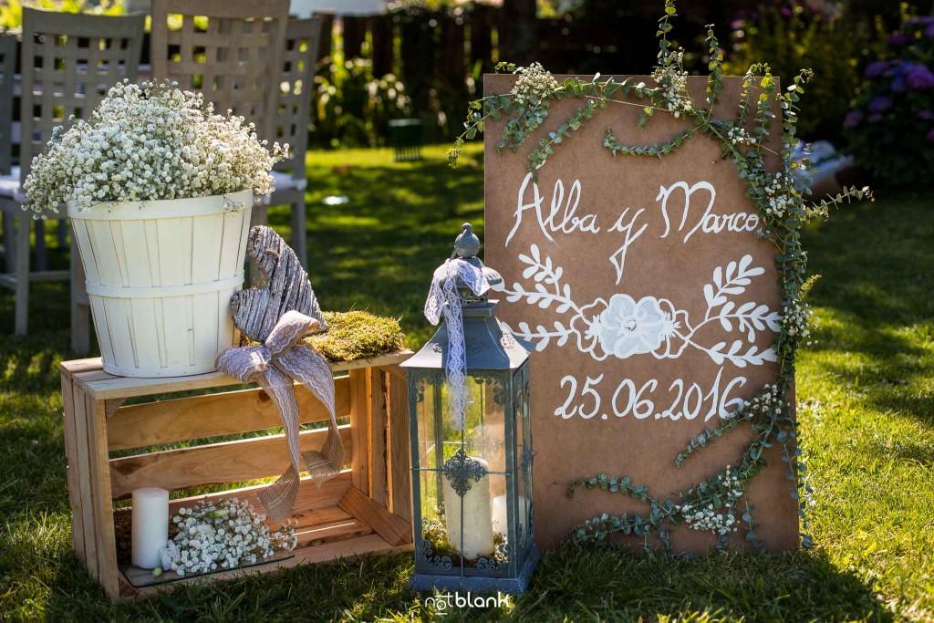 Boda en Quinta San Amaro en Meaño. Detalles de la decoración en el jardín donde se va a oficiar la ceremonia civil. Reportaje realizado por Notblank fotógrafos de boda en Cangas.