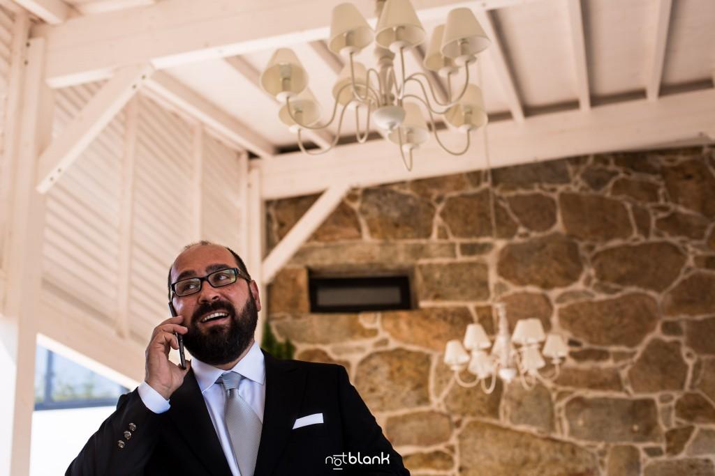 Boda en Quinta San Amaro en Meaño. El novio hace una llamada telefónica antes de la ceremonia. Reportaje realizado por Notblank fotógrafos de boda en Cangas.