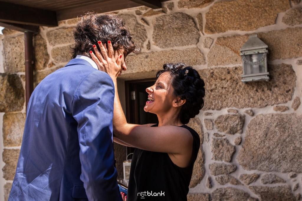 Boda en Quinta San Amaro en Meaño. La novia abraza a su sobrino . Reportaje realizado por Notblank fotógrafos de boda en Cangas.