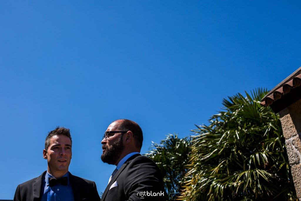 Boda en Quinta San Amaro en Meaño. El novio charla con su mejor amigo antes de la boda civil. Reportaje realizado por Notblank fotógrafos de boda en Cangas.