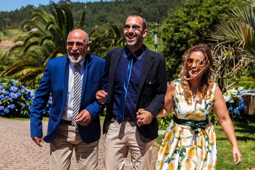 Boda en Quinta San Amaro en Meaño. Empiezan a llegar familiares del novio a la boda. Reportaje realizado por Notblank fotógrafos de boda en Cangas.