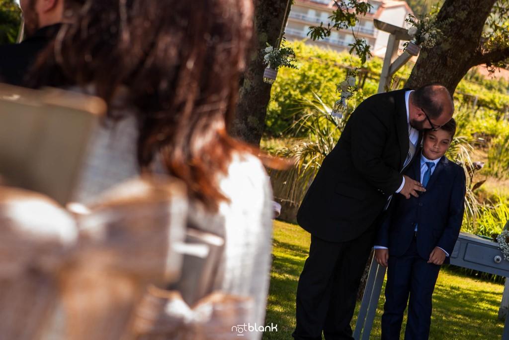 Boda en Quinta San Amaro en Meaño. El novio abraza y conversa con su hijo de 12 años. Reportaje realizado por Notblank fotógrafos de boda en Cangas.