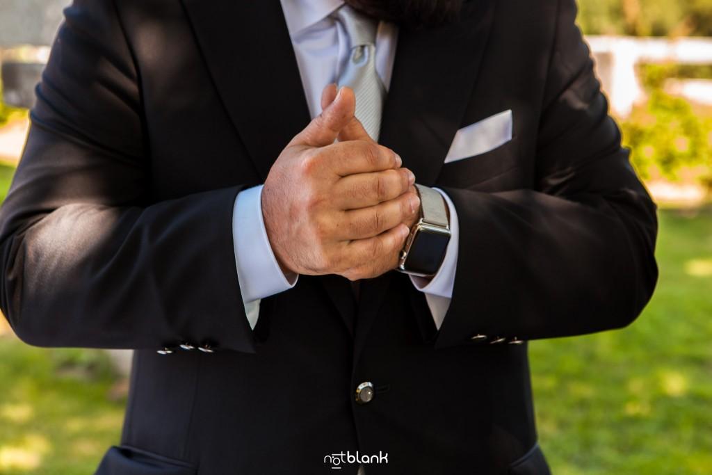 Boda en Quinta San Amaro en Meaño. El novio nervioso, se frota las manos mientras espera a que empiece la ceremonia. Reportaje realizado por Notblank fotógrafos de boda en Cangas.