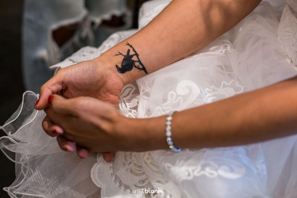 Boda en Quinta San Amaro en Meaño. Detalle de uno de los tatuajes de la novia en su muñeca derecha. Reportaje realizado por Notblank fotógrafos de boda en Cangas.