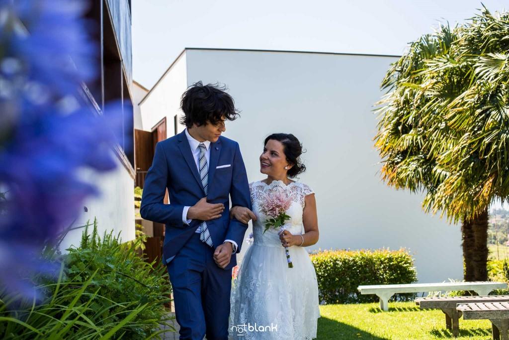 Boda en Quinta San Amaro en Meaño. El sobrino de la novio la lleva al altar. Reportaje realizado por Notblank fotógrafos de boda en Cangas.