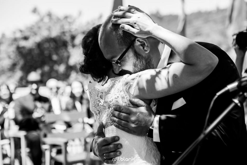 Boda en Quinta San Amaro en Meaño. Los novios se funden en un cálido abrazo durante la ceremonia. Reportaje realizado por Notblank fotógrafos de boda en Cangas.