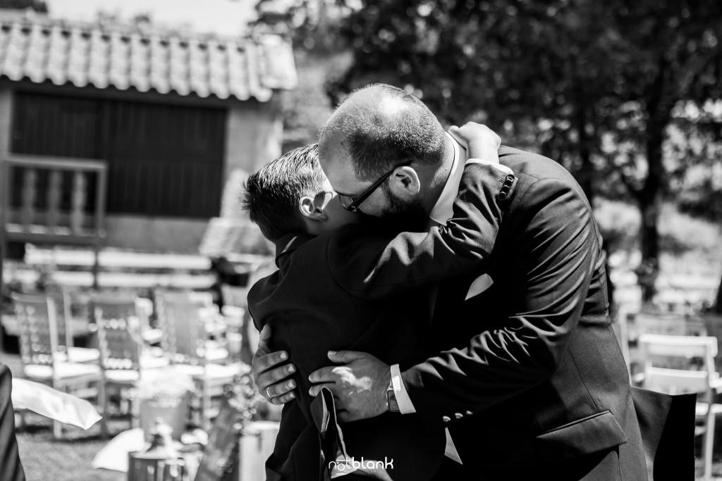 Boda en Quinta San Amaro en Meaño. El hijo del novio felicita a su padre después de la ceremonia. Reportaje realizado por Notblank fotógrafos de boda en Cangas.