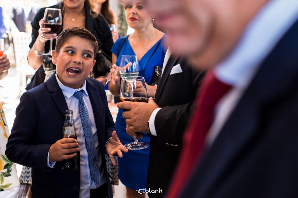 Boda en Quinta San Amaro en Meaño. El hijo del novio pone una mueca durante el cocktail. Reportaje realizado por Notblank fotógrafos de boda en Cangas.