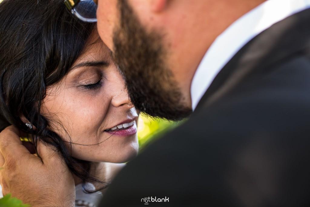 Boda en Quinta San Amaro en Meaño. Los novios se abrazan y se dan un beso. Reportaje realizado por Notblank fotógrafos de boda en Cangas.
