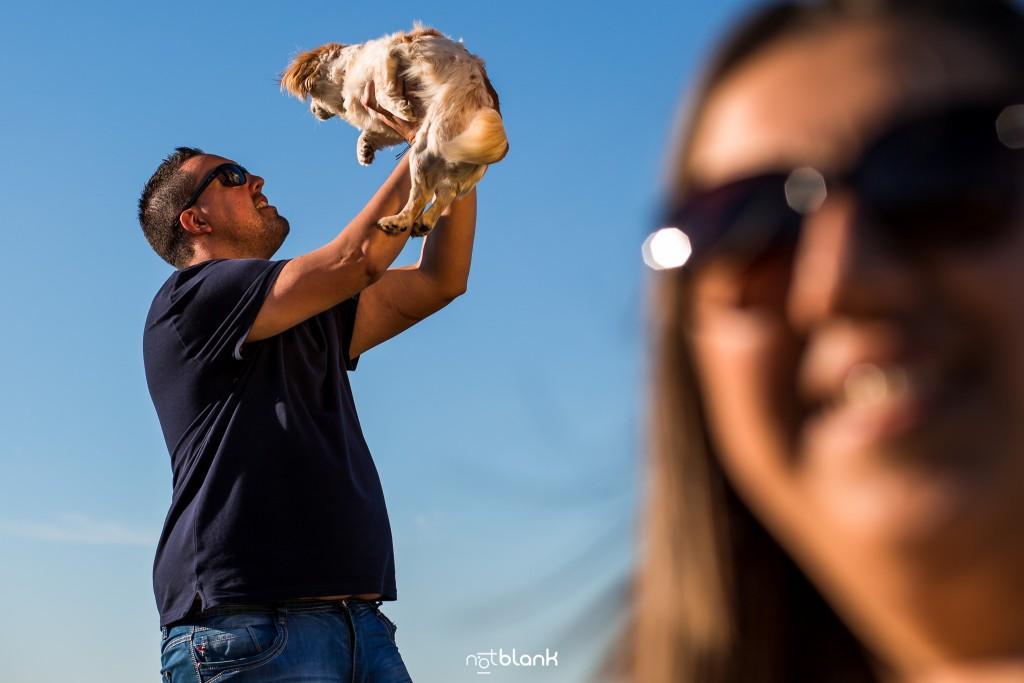 Preboda internacional en Valença do Minho. Retrato de los novios con su perrita. Reportaje de sesión preboda realizado por Notblank fotógrafos de boda en Galicia.