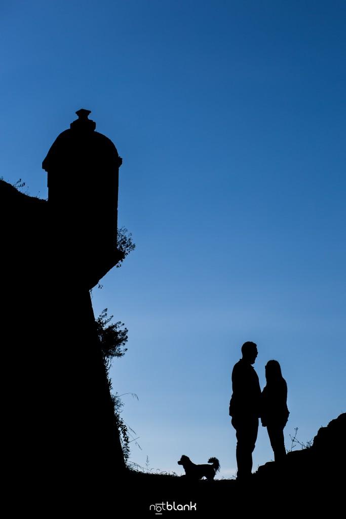 Preboda internacional en Valença do Minho. Silueta de los novios con un torreón de la fortaleza al fondo. Reportaje de sesión preboda realizado por Notblank fotógrafos de boda en Galicia.