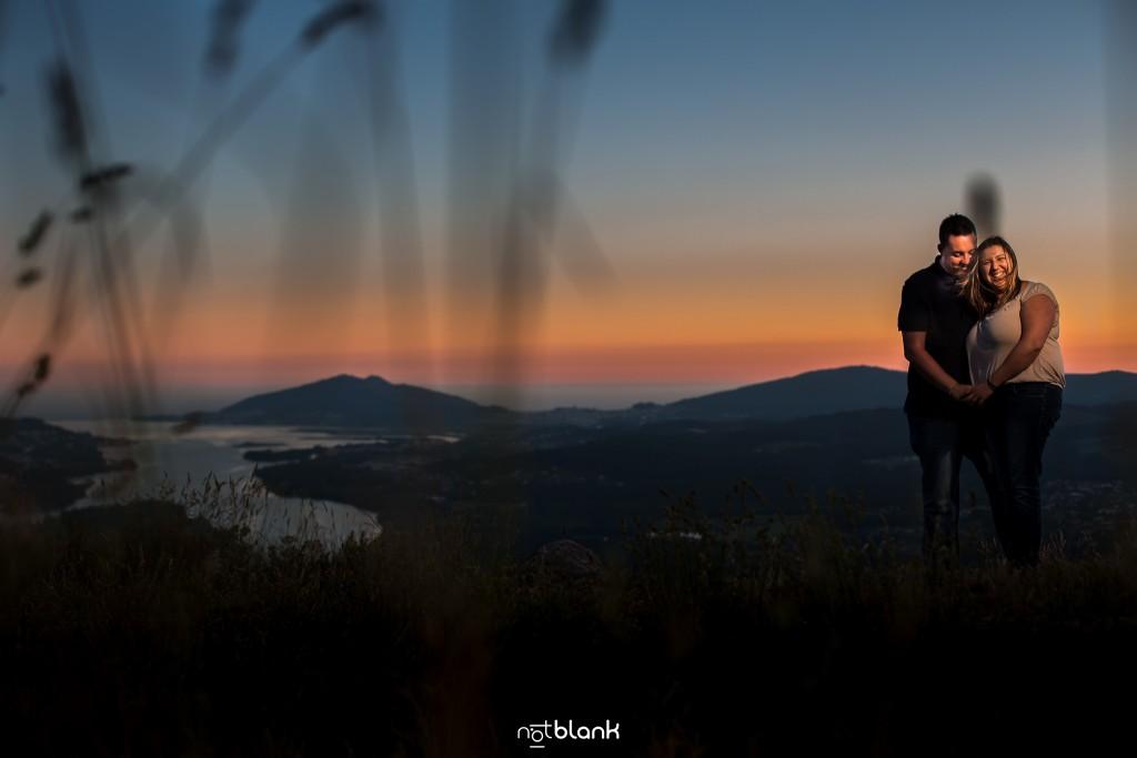 Preboda internacional en Valença do Minho. Retrato de los novios con la puesta de sol al fondo y la desembocadura del Río Miño. Reportaje de sesión preboda realizado por Notblank fotógrafos de boda en Galicia.