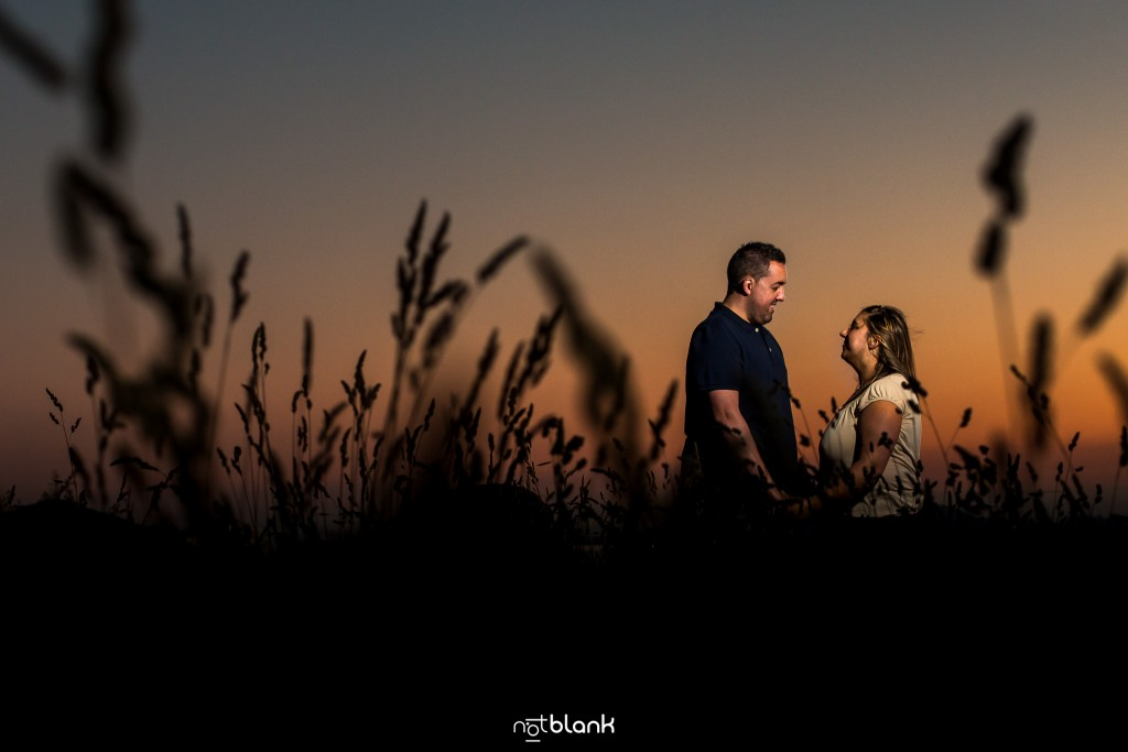 Preboda internacional en Valença do Minho. Retrato de los novios en Vila Nova de Cerveira al atardecer. Reportaje de sesión preboda realizado por Notblank fotógrafos de boda en Galicia.