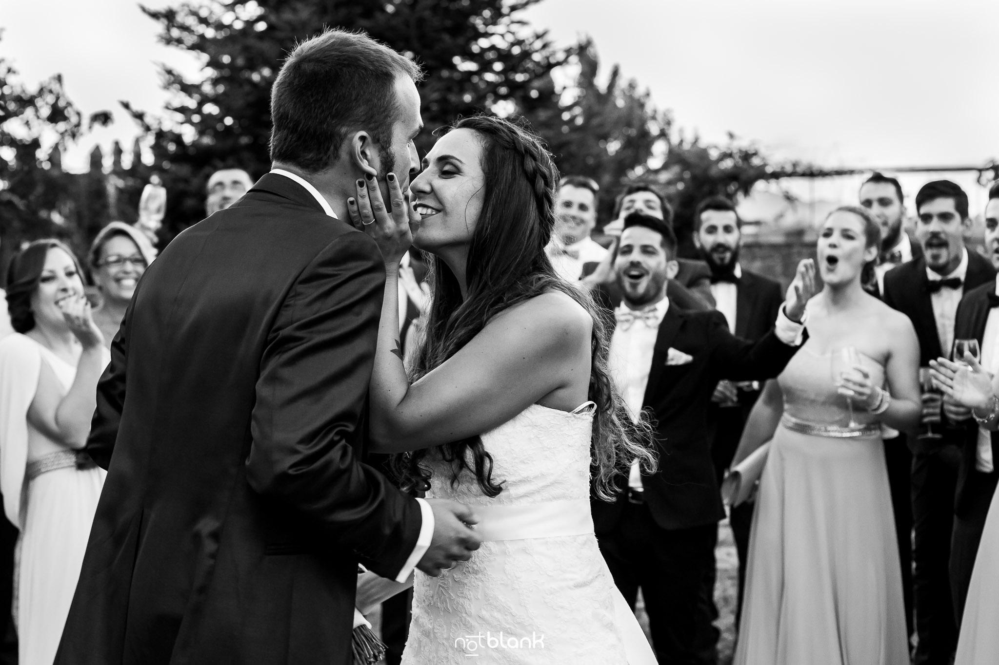 Boda-Lorena-Pablo-Vilanova-De-Cerveira-Novia-Beso-Invitados-Fotógrafo de boda