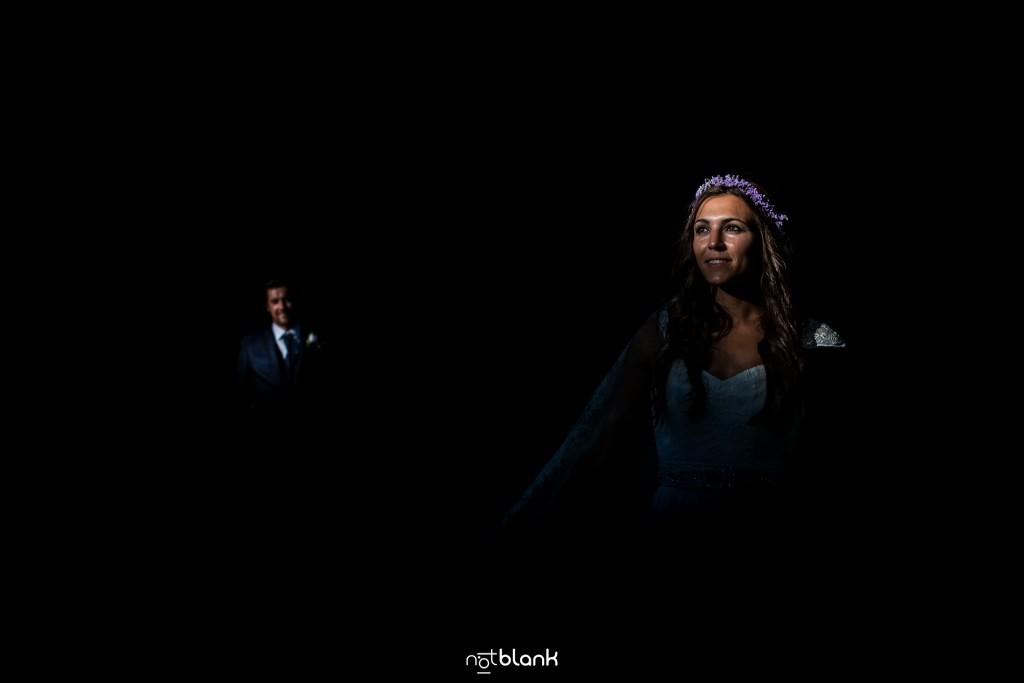 Sesión Postboda en Portugal. Retrato de la novia en el bosque. Reportaje realizado por Notblank fotógrafos de boda en Galicia.