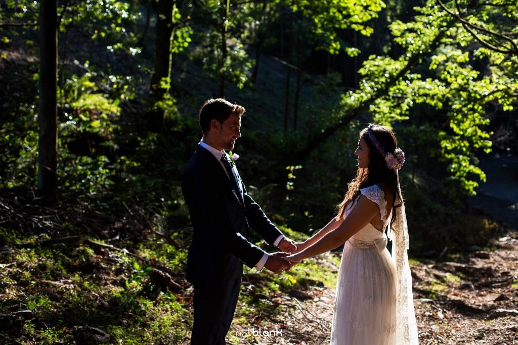 Sesión Postboda en Portugal. La pareja se mira apasionadamente en el bosque. Reportaje realizado por Notblank fotógrafos de boda en Galicia.