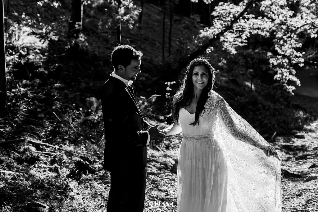 Sesión Postboda en Portugal. La novia extiende la cola de su vestido mientras el novio la mira. Reportaje realizado por Notblank fotógrafos de boda en Galicia.