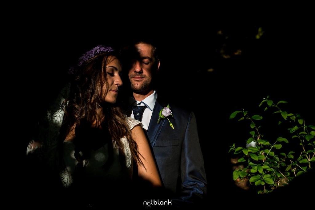Sesión Postboda en Portugal. La pareja se abraza en medio de los árboles. Reportaje realizado por Notblank fotógrafos de boda en Galicia.