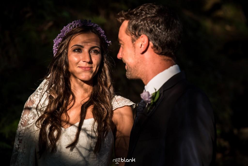 Sesión Postboda en Portugal. La pareja se mira enamoradamente en el bosque. Reportaje realizado por Notblank fotógrafos de boda en Galicia.