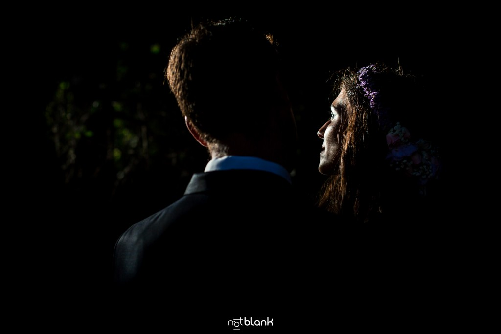 Sesión Postboda en Portugal. La pareja se abraza en el atardecer de la montaña. Reportaje realizado por Notblank fotógrafos de boda en Galicia.