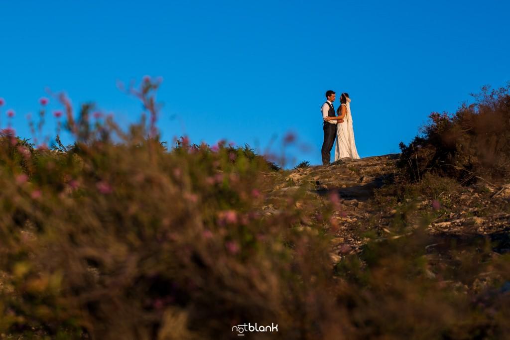 Sesión Postboda en Portugal. La pareja se abraza en la montaña. Reportaje realizado por Notblank fotógrafos de boda en Galicia.