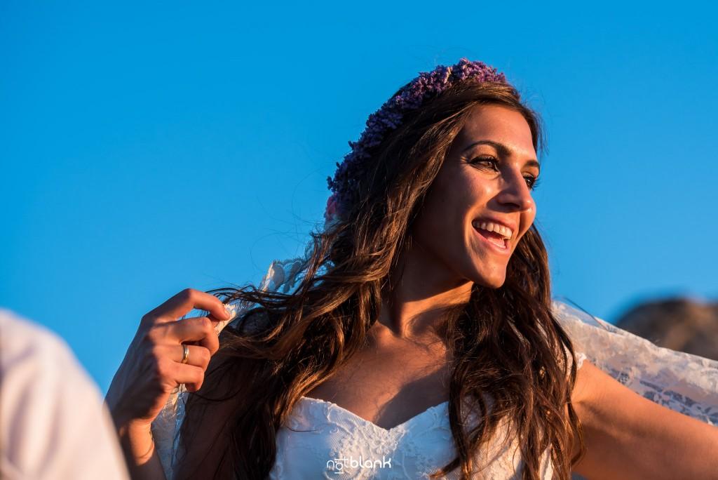 Sesión Postboda en Portugal. La novia sonríe viendo hacia el atardecer. Reportaje realizado por Notblank fotógrafos de boda en Galicia.