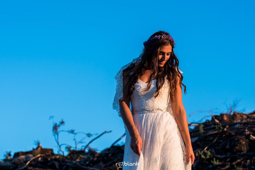 Sesión Postboda en Portugal. La novia mira hacia el atardecer. Reportaje realizado por Notblank fotógrafos de boda en Galicia.