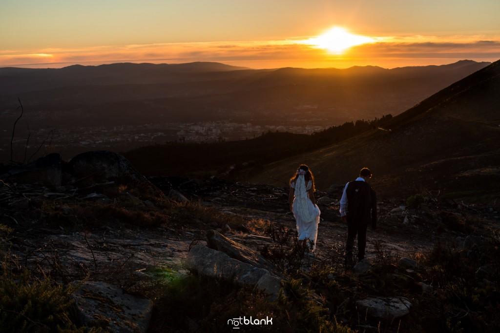 Sesión Postboda en Portugal. La pareja camina hacia el atardecer. Reportaje realizado por Notblank fotógrafos de boda en Galicia.