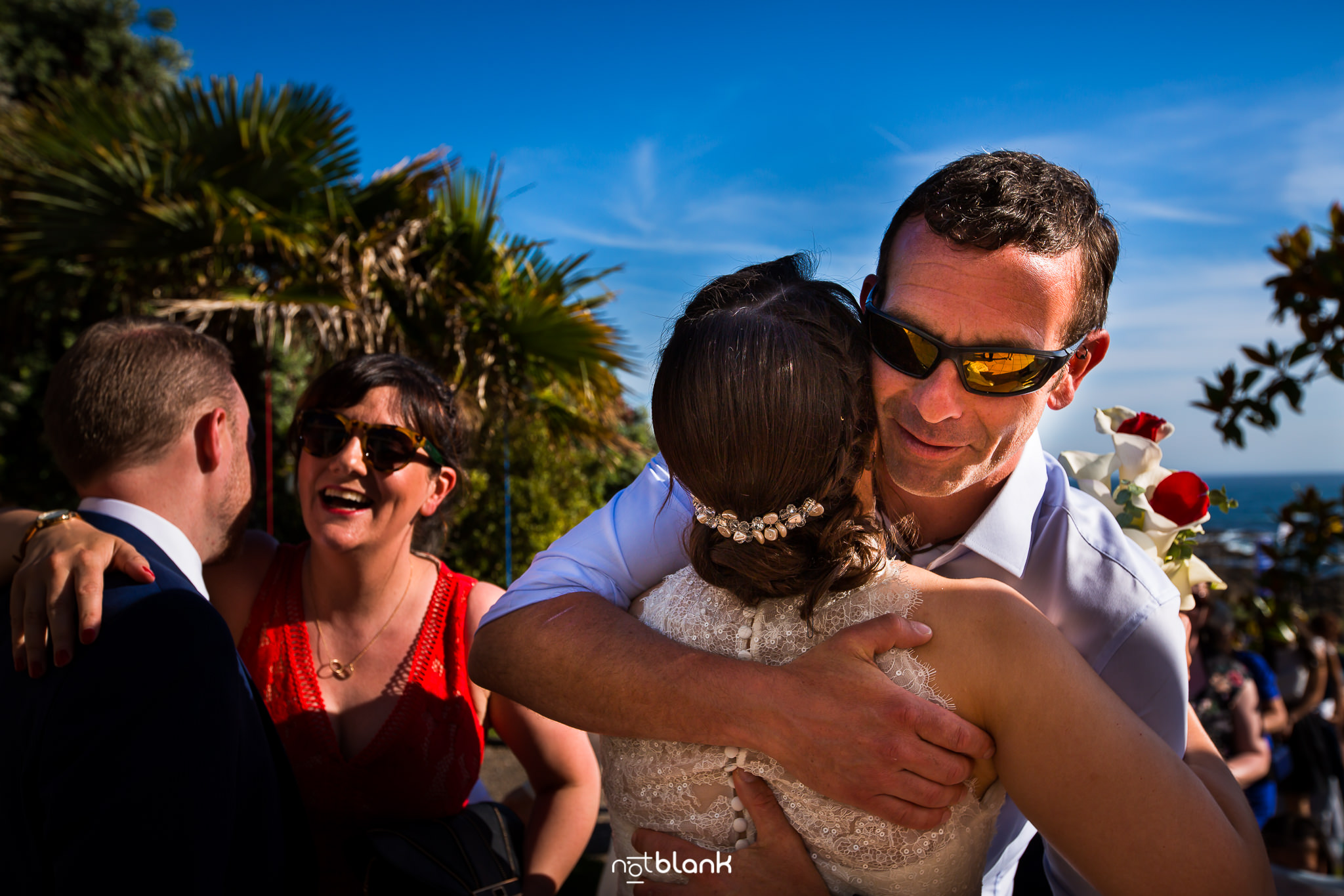 Boda de destino de Maite y David. Los Amigos Felicitan Novia en Ceremonia Civil en Talaso Atlantico.Reportaje realizado por Notblank Fotografos de boda