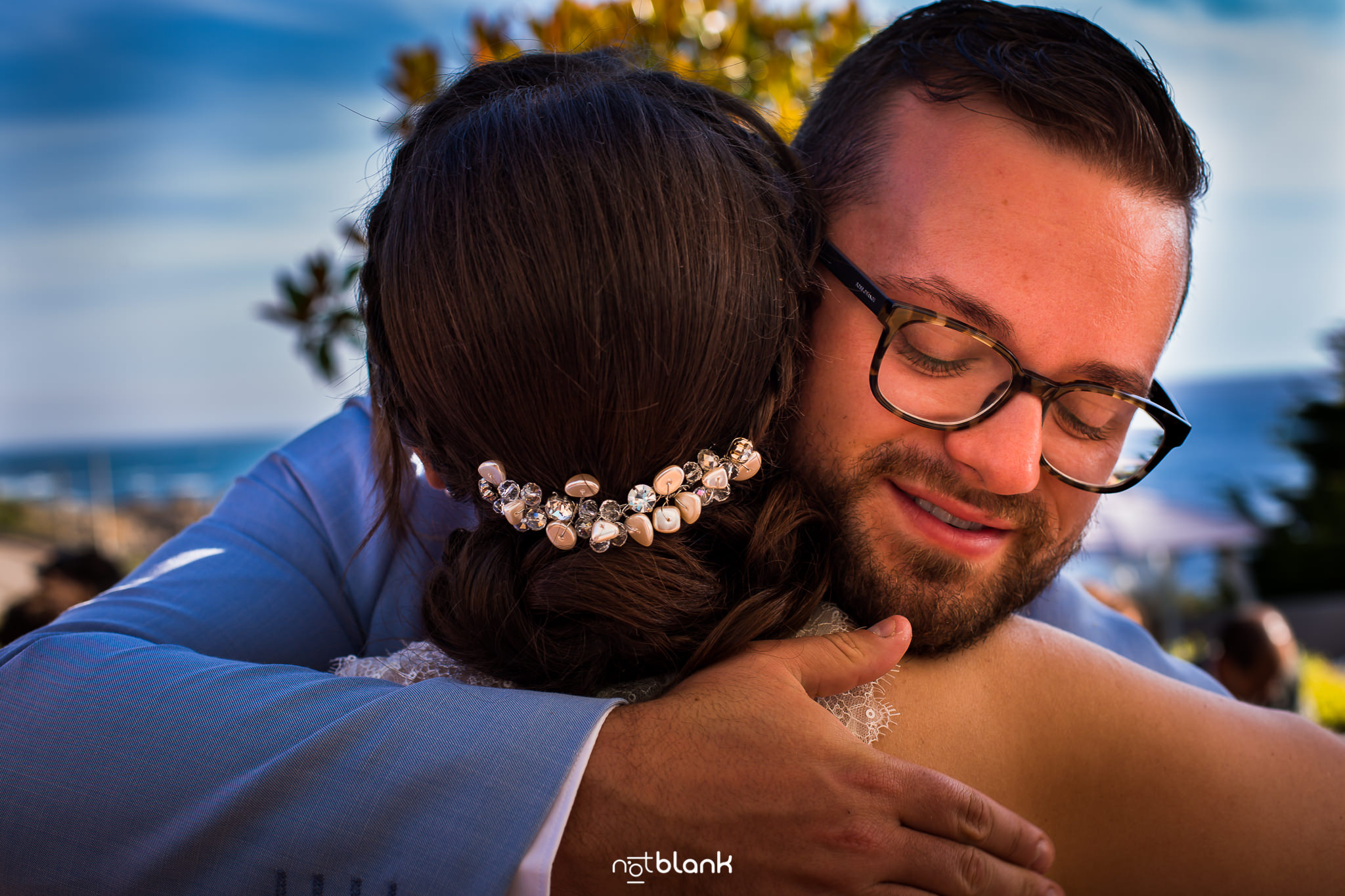 Boda-de-destino-Maite-David-Amigos-Felicitan-Novia-Ceremonia-Civil-Talaso-Atlantico. Reportaje realizado por Notblank Fotografos de boda