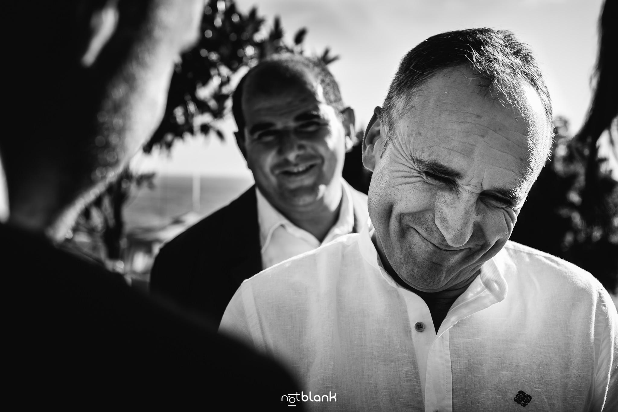 Boda-Maite-David-Amigos-Felicitan-Novia-Ceremonia-Civil-Talaso-Atlantico. Reportaje realizado por Notblank Fotografos de boda