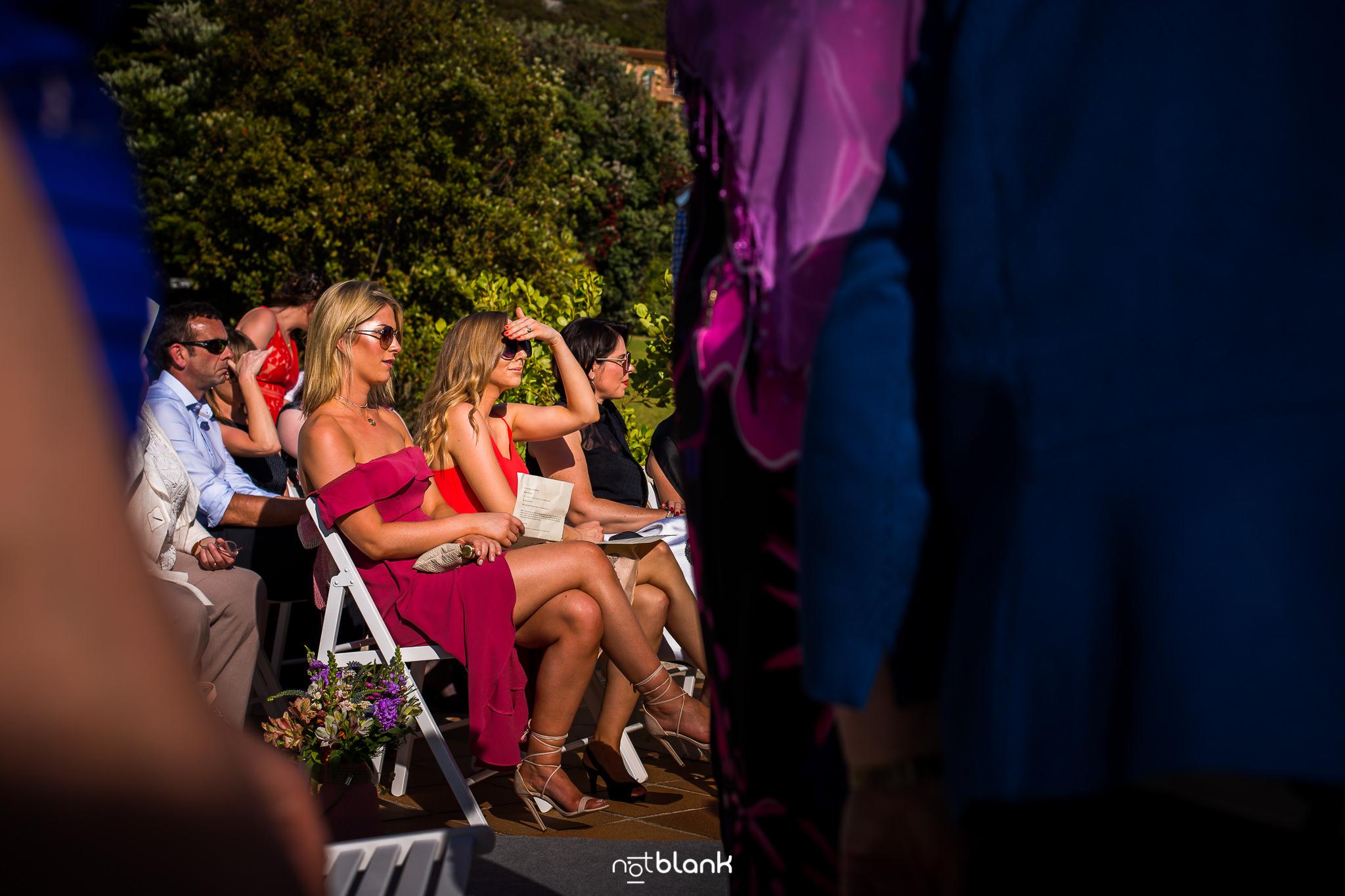 Boda-Maite-David-Invitadas-Con-Vestido-Rojo-En-Ceremonia-civil-Talaso-Atlantico. Reportaje realizado por Notblank fotógrafos de boda