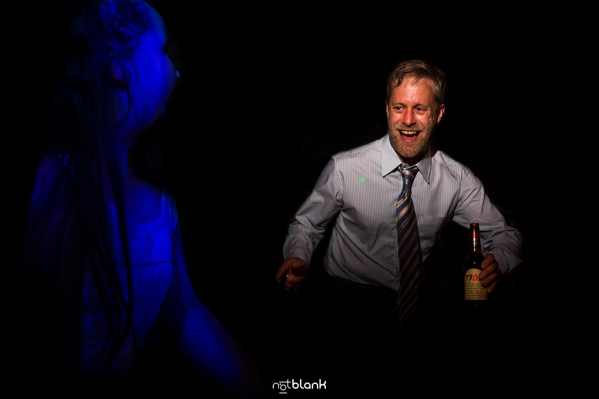 Boda-Maite-David-Invitado-Bailando-En-Fiesta-Con-Cerveza-estrella-Galicia-En-Mano. Reportaje realizado por Notblank fotógrafos de boda
