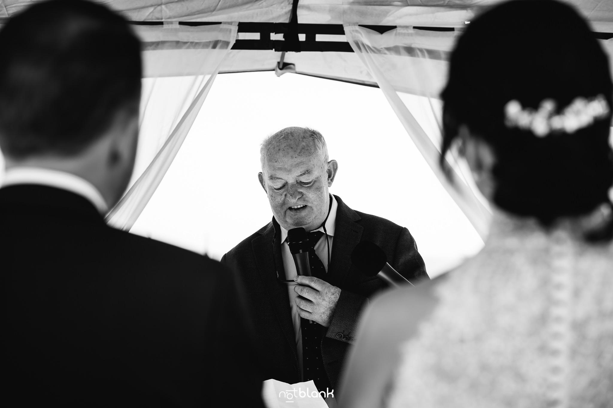 Boda-Maite-David-Invitado-Dando-Discurso-Junto-A-Novios-en-Altar. Reportaje realizado por Notblank fotógrafos de boda