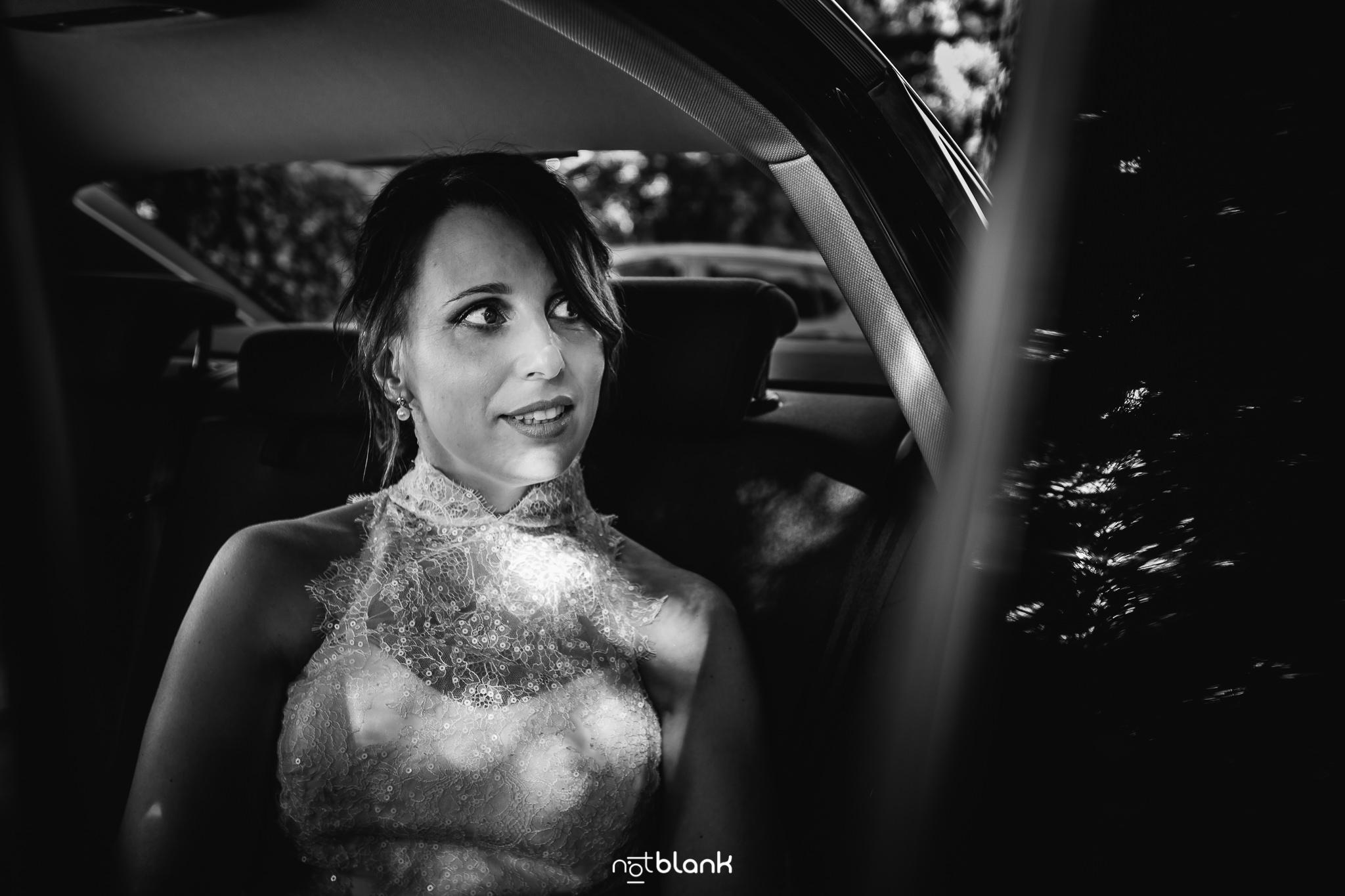 Boda-Maite-David-Novia-Bajando-De-Coche. Reportaje realizado por Notblank fotógrafos de boda