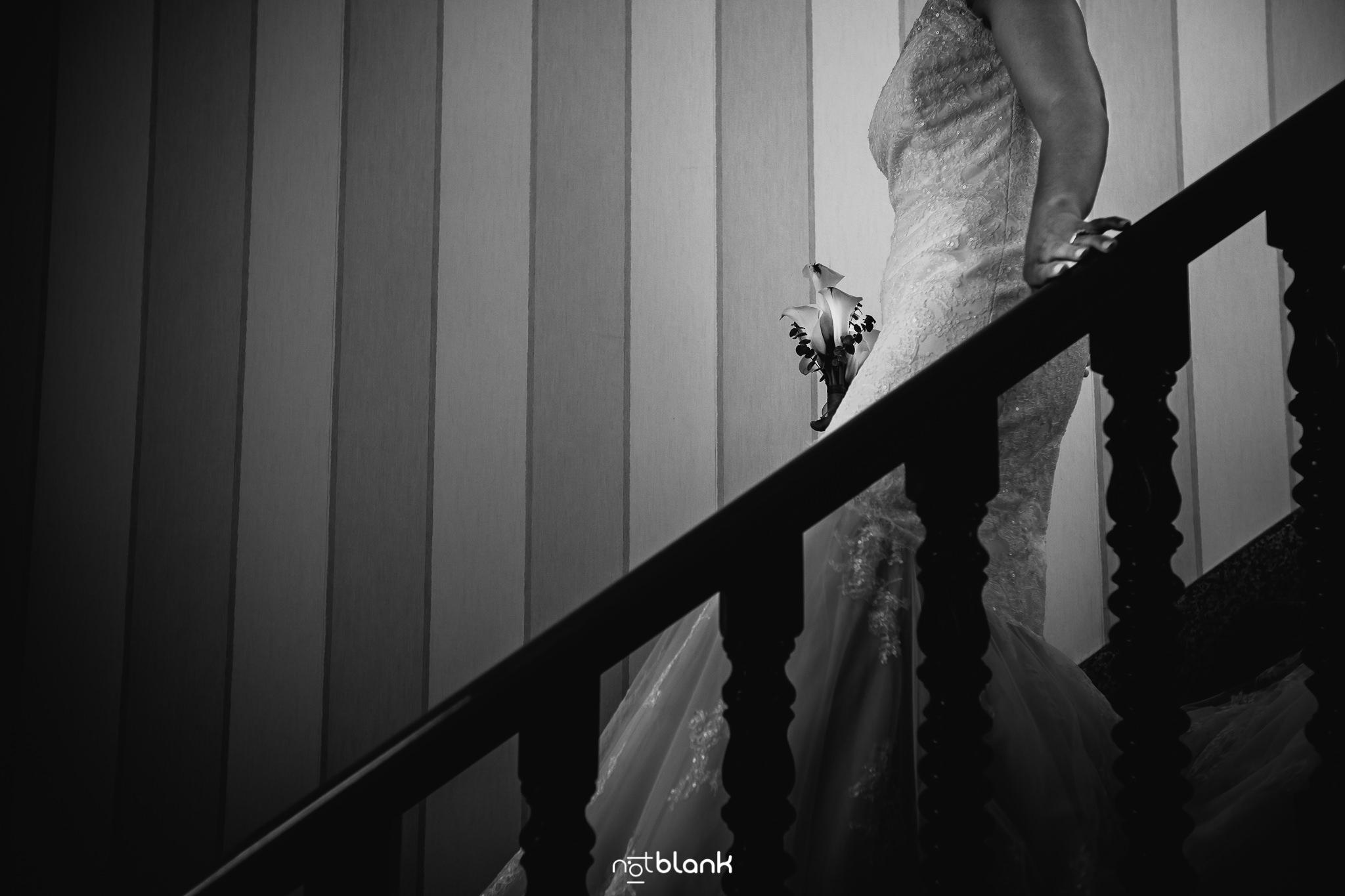 Boda-Maite-David-Novia-Bajando-Escaleras. Reportaje realizado por Notblank fotógrafos de boda