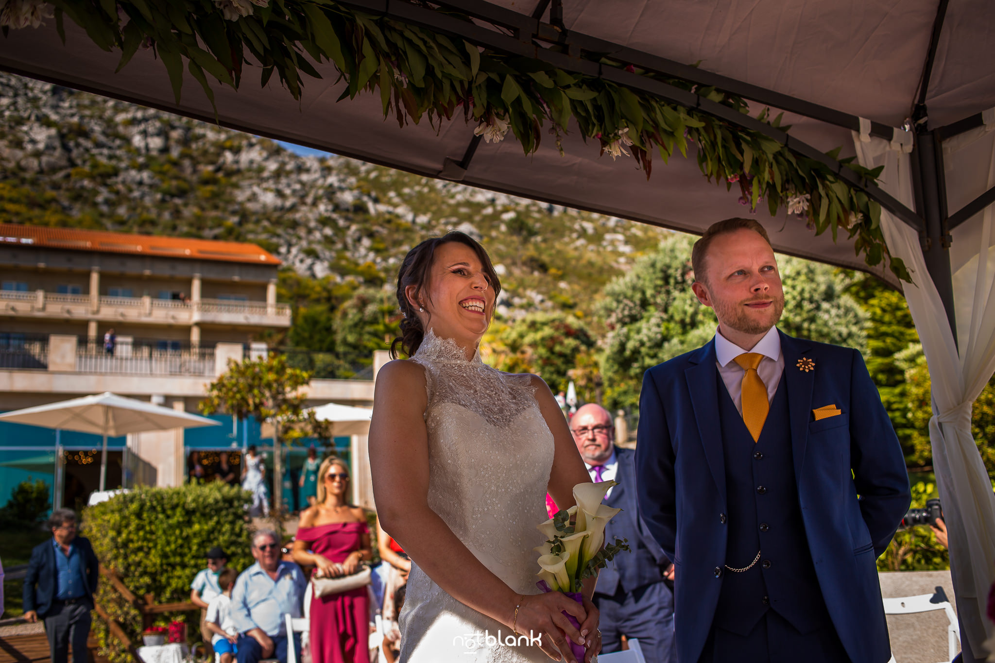 Boda-Maite-David-Novia-Riéndose-En-Altar-Junto-A-Novio. Reportaje realizado por Notblank fotógrafos de boda