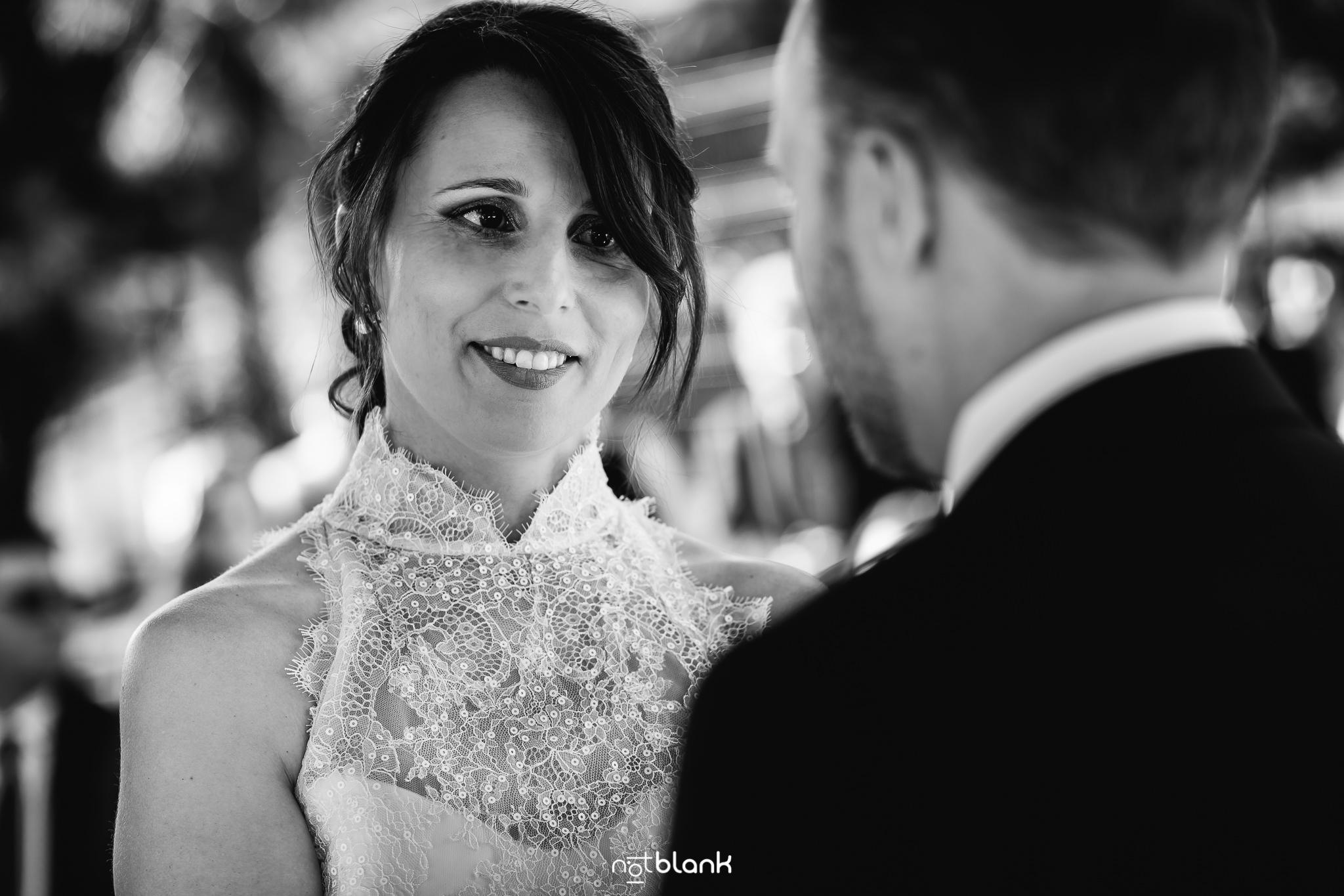 Boda-Maite-David-Novia-Sonrie-En-Altar-Ceremonia-Civil-Talaso-Atlantico. Reportaje realizado por Notblank fotógrafos de boda