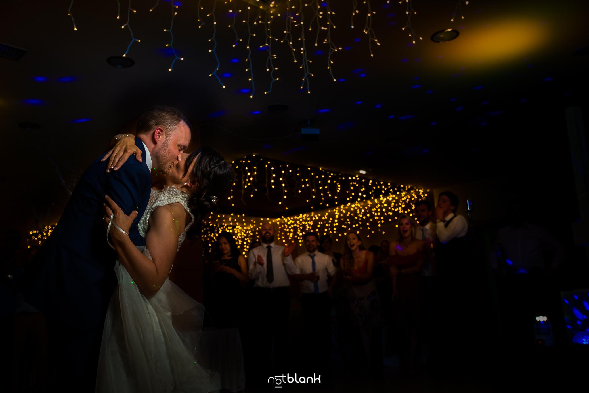 Boda-Maite-David-Novios-Besandose-Durante-Primer-Baile. Reportaje realizado por Notblank fotógrafos de boda