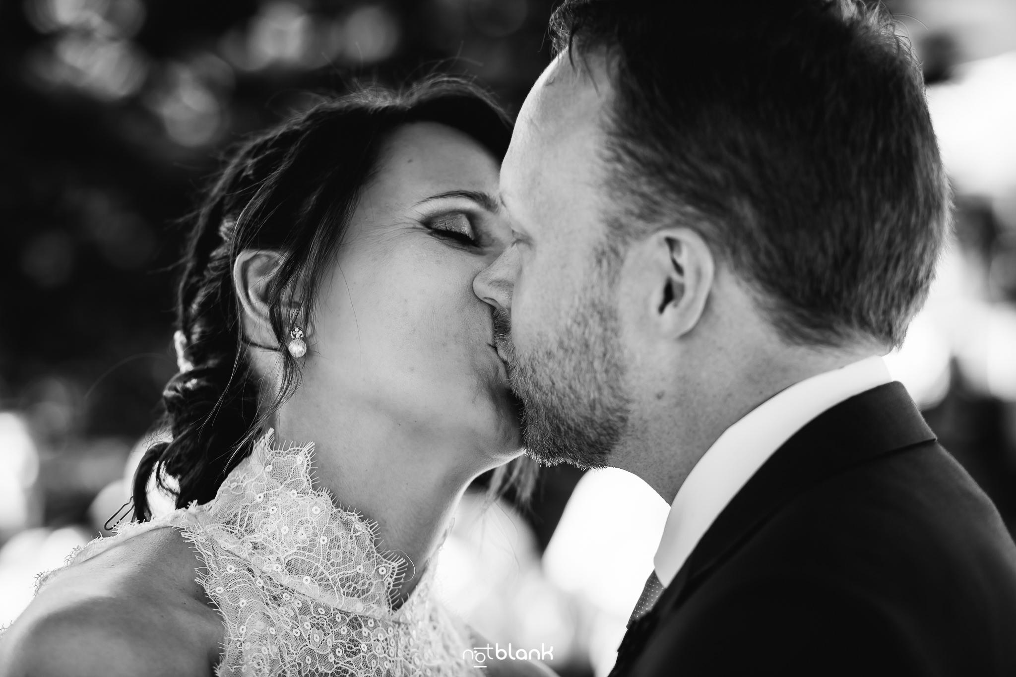 Boda-Maite-David-Novios-Besandose-En-Altar-Ceremonia-Civil-Talaso-Atlantico. Reportaje realizado por Notblank fotógrafos de boda