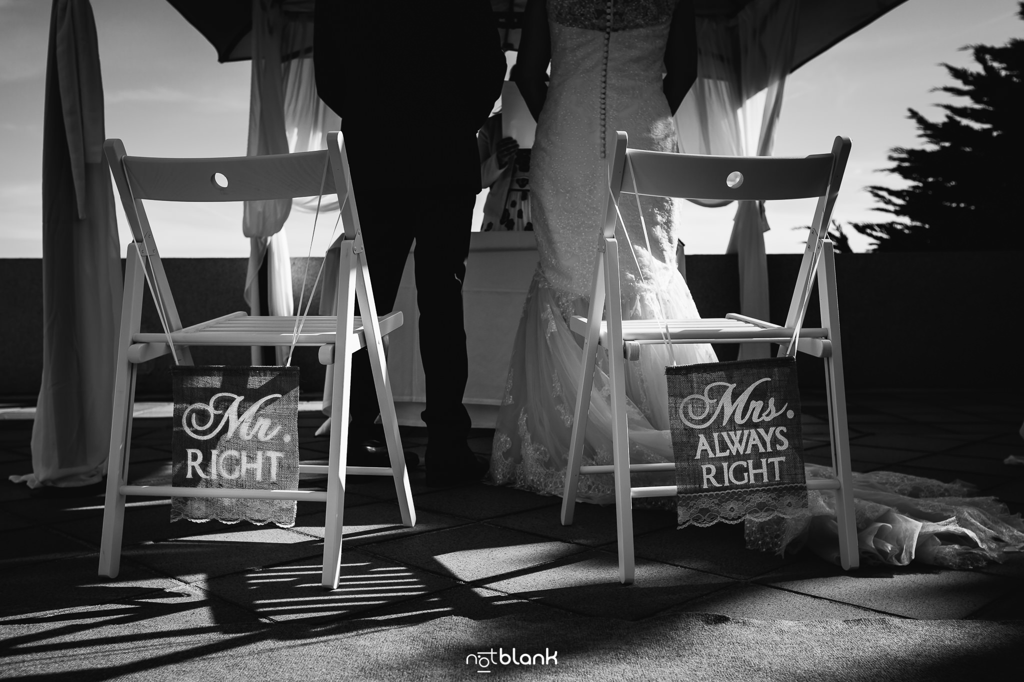 Boda-Maite-David-Novios-En-Altar-Con-Mensajes-Graciosos-En-Sillas. Reportaje realizado por Notblank fotógrafos de boda