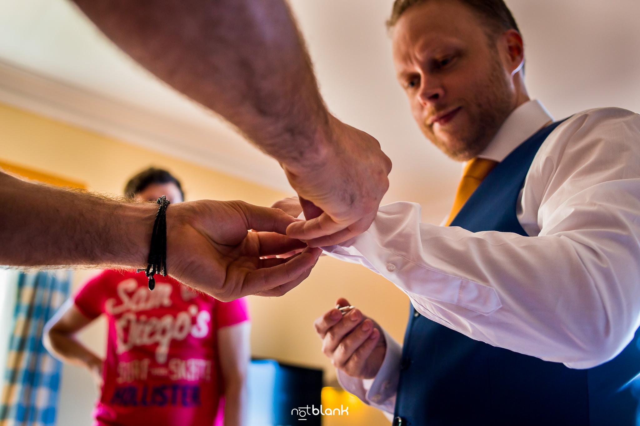 Boda-Maite-David-Preparativos-Novio. Reportaje realizado por Notblank fotógrafos de boda