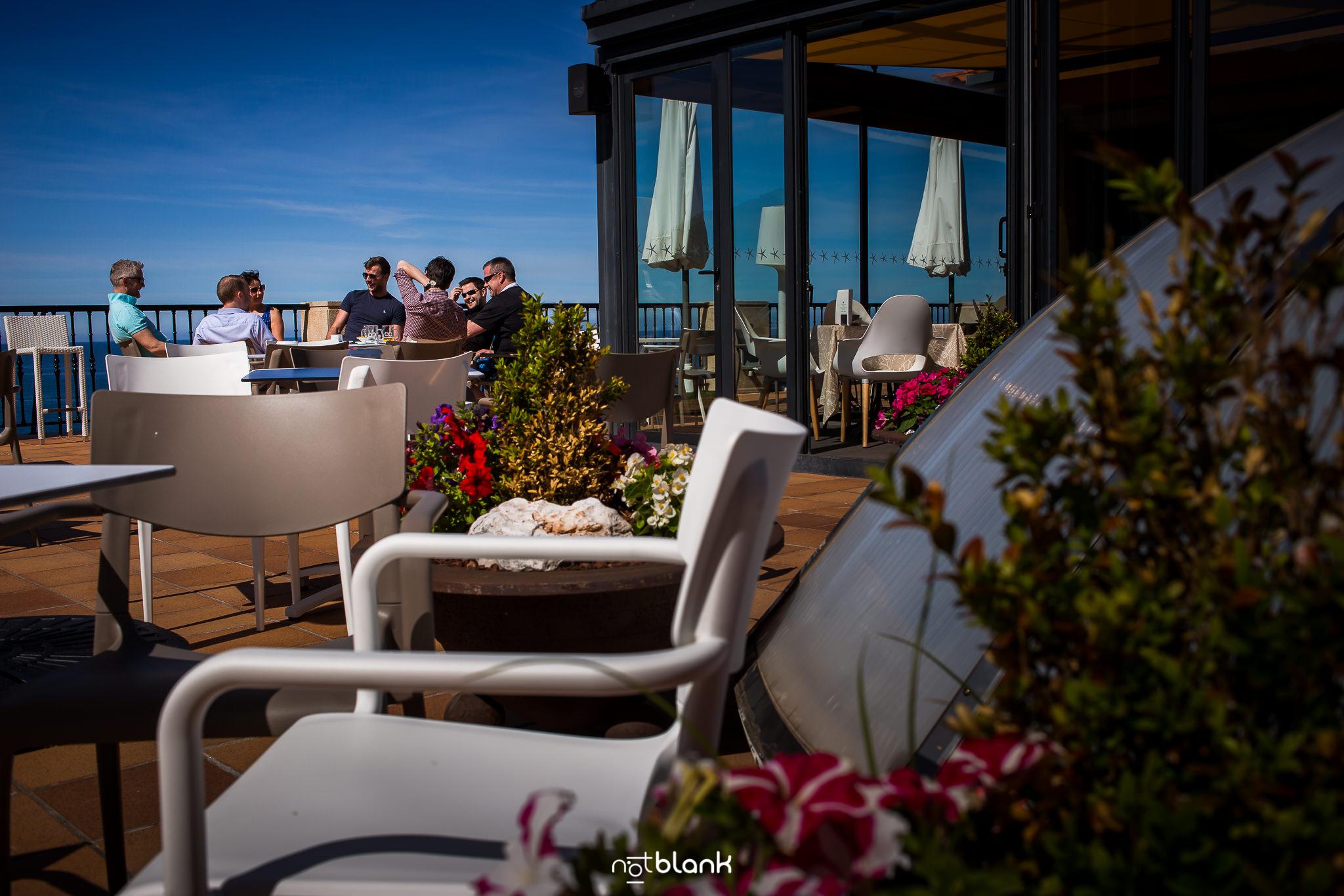 Boda-Maite-David-Terraza-Hotel-Talaso-Atlantico. Reportaje realizado por Notblank fotógrafos de boda